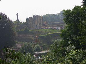 Valkenburg aan de Geul - Tourists queueing at Valkenburg castle