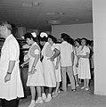 Verplegend personeel in de rij in de kantine van het Beilinson hospitaal te Peta, Bestanddeelnr 255-4915.jpg