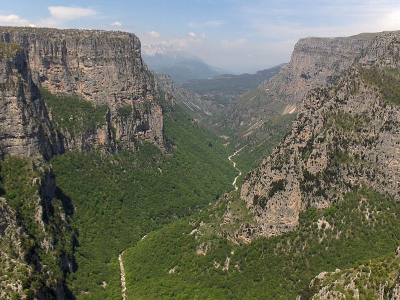Bestand:Vikos Gorge from Beloe.jpg