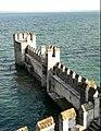 Vista sulle mura esterne della darsena. Sirmione, Rocca Scaligera.jpg