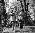 Wibke en Dirk van Gunsteren spelend in de tuin, Bestanddeelnr 254-1757.jpg