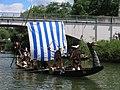 Wikingerboot beim Stocherkahnrennen in Tübingen 2005.jpg