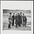 """Zicht op hoog bezoek in IJmuiden, van links naar rechts- """"vermoedelijk"""" een verslaggever, de ingenieurs Tellegen, Hillen, Gelinck, Mulder, minister Van Swaay en Ringers. - IJmuiden - 20429351 - RCE.jpg"""