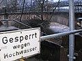 'Gesperrt wegen Hochwasser', Treppe zum Uferweg und Radweg Lahntalradweg in Marburg-Weidenhausen am Fluss Lahn unter der Weidenhäuser Bücke bei Winterhochwasser 2018-01-04.jpg