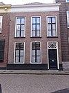 foto van Pand met verdieping onder met hollandse pannen gedekt schilddak