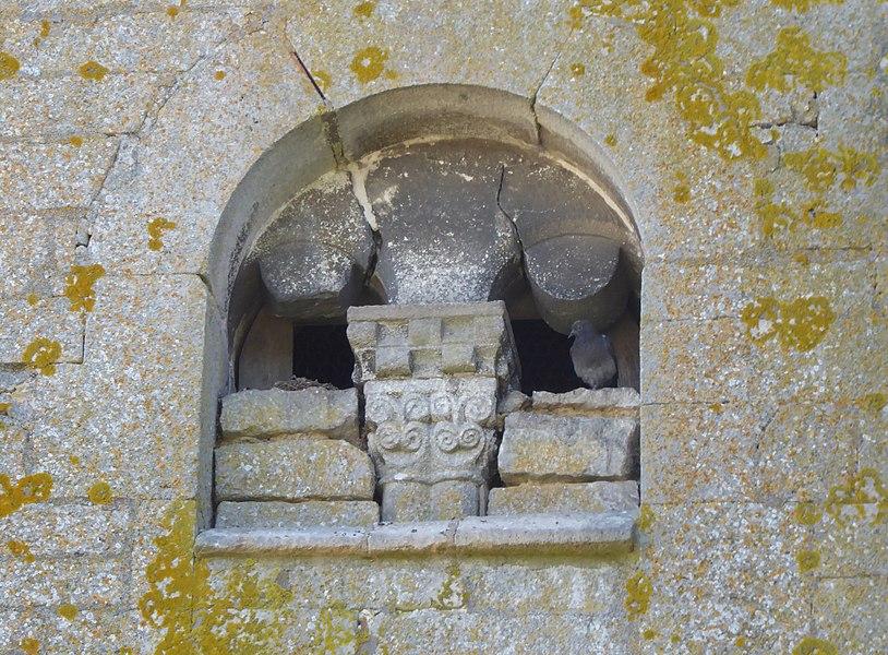 Détail de la façade nord de l'église Saint-Brice d'Autreville dans le département des Vosges en France.