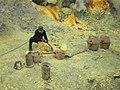 Добыча серы возле вулкана Иджен в 2014 году-2.jpg