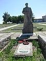 Могила Смирнова А. К. - генерал - лейтенанта, с. Смирнове, в центрі села, Більмацький район, Запорізька область.jpg