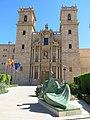 142 Sant Miquel dels Reis (València), façana de l'església i escultura Dona llegint.jpg