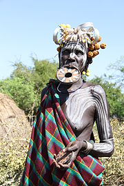 femme portant un plateau labial et des peintures corporelles