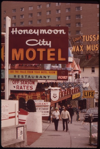 File:AMUSEMENT SECTION OF CENTER STREET, IN NIAGARA FALLS ONTARIO, OFFERS LURES ON ALL SIDES FOR TOURISTS AND HONEYMOONERS - NARA - 552414.tif