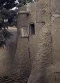 ASC Leiden - van Achterberg Collection - 03 - 55 - Un morceau de mur d'argile avec des contreforts - Ségou, Mali - novembre-décembre 1993.tif