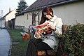 A Szabadság hetilapot olvasó lány 2007 by Kadosa.jpg