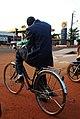 Adulte à vélo vêtu de costume.jpg