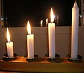 Adventsljusstake med tre brinnande ljus.JPG