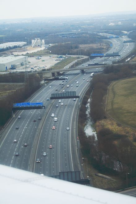 View looking north along the M25 in February 2009 Aerial view of the M25 Motorway between Heathrow Airport and the M4-M25 junction, 2009-02-01.jpg