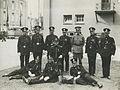 Agenten van Politie poseren op de binnenplaats van de Prins Hendrikkazerne aan h – F40763 – KNBLO.jpg