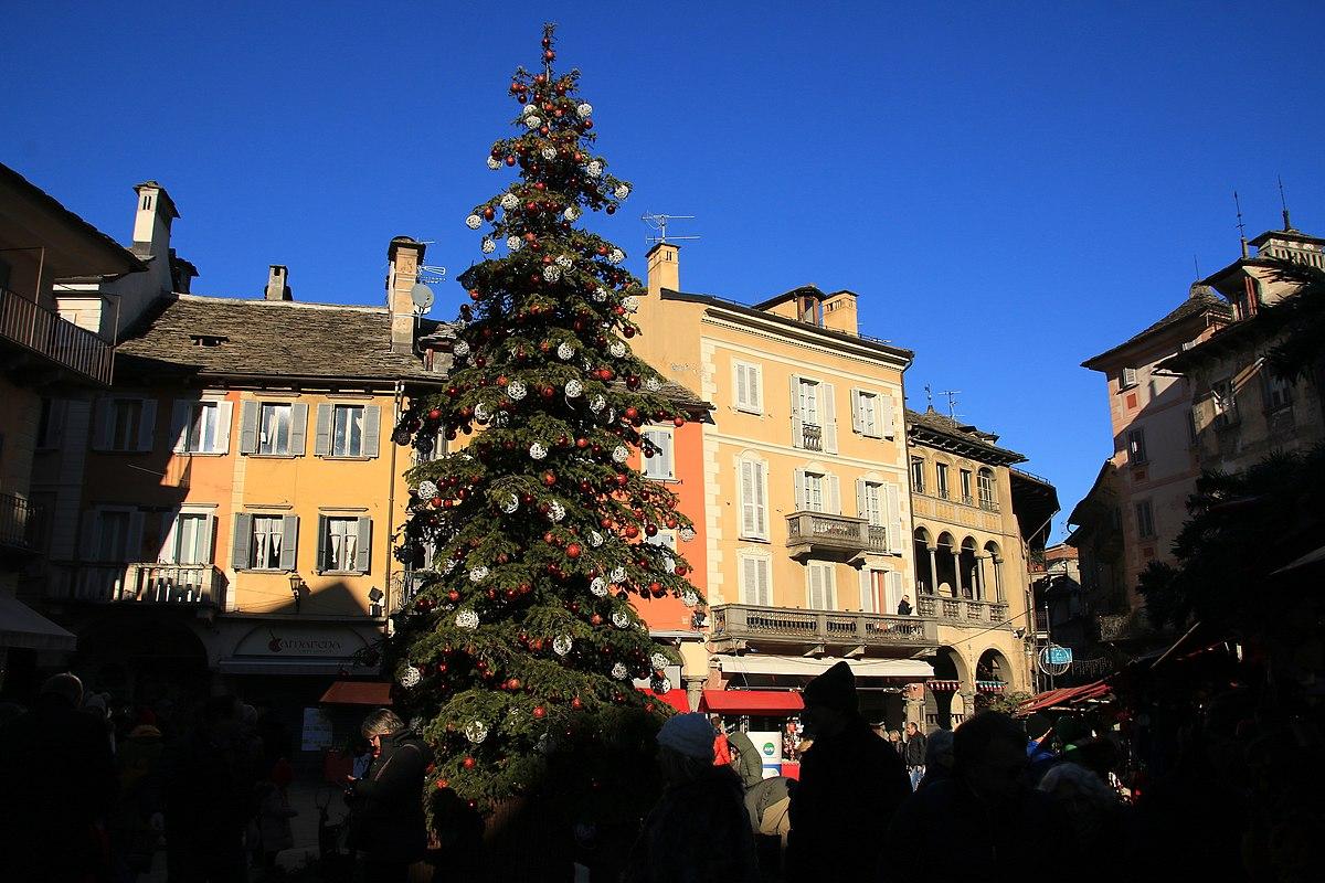 Albero Di Natale Wikipedia.File Albero Di Natale Domodossola 2018 Jpg Wikipedia