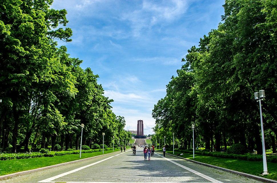 Aleea principală din Parcul Carol I, cu Mausoleul în spate