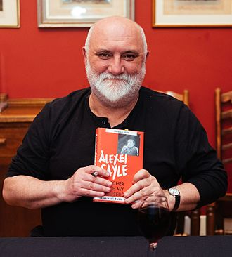 Alexei Sayle - Alexei Sayle with his book Thatcher Stole My Trousers at a literary festival in the Cambridge University Union building, 2016