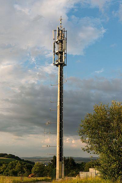 En Antennemast beim Südausgang vum Tunnel Markusbierg.