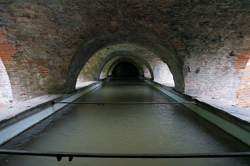 Aquädukt am Roten Tor. Blick im Untergeschoss von der Kanal-Mitte in Fließrichtung des Kanals. Foto Christine Pemsl