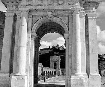 Arco di Traiano 3.JPG