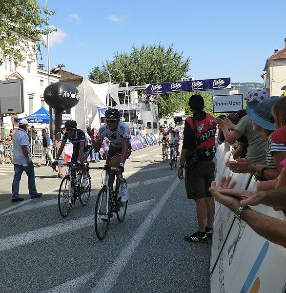 Arrivée de coureurs. Voir le signe de joie (poing serré) du coéquipier de Bardet chez Ag2r-La Mondiale.