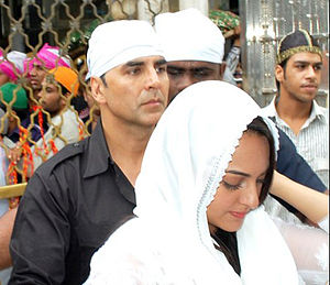 Once Upon ay Time in Mumbai Dobaara! - Akshay Kumar and Sonakshi Sinha visiting the Ajmer Sharif to pray for the film's success