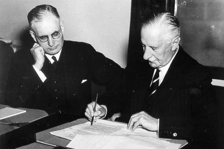 Governor General of Australia The Lord Gowrie (right) signing the declaration of war against Japan with Prime Minister John Curtin (left) looking on. (8 December 1941) Aust-ww2-japan.jpg