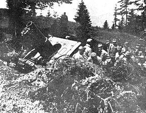 Avstro-ogrski topničarji na delu ob svojem topu na soški fronti.jpg