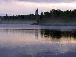 Das Chestnut Hill Reservoir befindet sich im Stadtteil Brighton.  (Das Boston College ist im Hintergrund zu sehen).