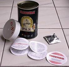Un kit per la produzione casalinga di birra, comprende estratto di malto luppolato, lievito e istruzioni