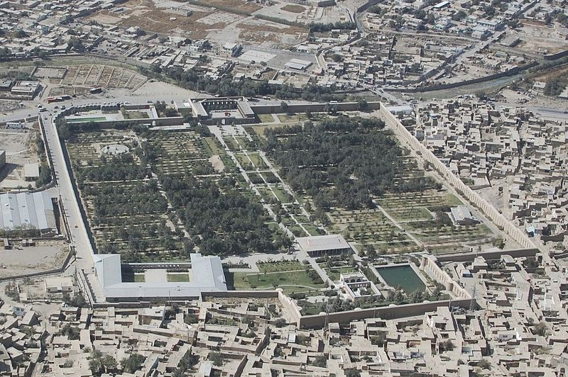 Soubor:Babur Gardens from a mountain top CROPPED.jpg