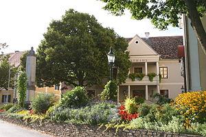 Rathaus mit Blumenschmuck