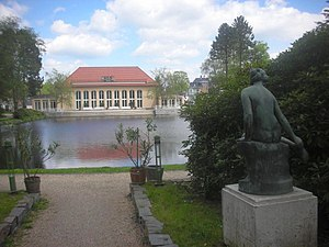 Teich mit Kurhaus in Bad Brambach