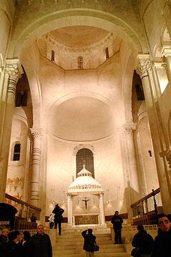 Interno della cattedrale si San Sabino.