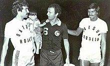 Beckenbauer (al centro) durante una partita amichevole disputata in Argentina con i N.Y. Cosmos nel 1980.