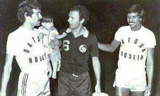 Franz Beckenbauer - Beckenbauer with the Club Cipolletti players during a match played in Argentina in 1980