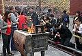 Beijing-Lamakloster Yonghe-40-Hof3-Opfernde-gje.jpg