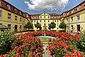 Blühende Rosen im Eingangsbereich des Schlosses Kirchberg. 01.jpg