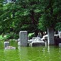Blocs au pied de la fontaine de Stahly, dans le parc floral.jpg