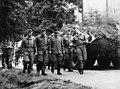 Bundesarchiv Bild 183-1999-0527-502, Walter Allenstein bei NVA-Truppenbesuch.jpg
