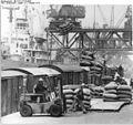 Bundesarchiv Bild 183-L1013-0006, Rostock, Überseehafen, Verladearbeiter, Gabelstapler.jpg