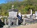 Bury (60), cimetière, vieilles sépultures.jpg