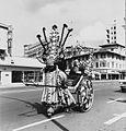 COLLECTIE TROPENMUSEUM Een Zulu rikshaw rijder met passagier TMnr 20014810.jpg