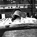 COLLECTIE TROPENMUSEUM Zoutwinning op Madura. Zoutemmers worden op een zeeschip gehesen en gestort TMnr 10007422.jpg