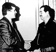 Carlos Cardoen num encontro com o líder iraquiano Saddam Hussein.