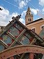 Carro popular y torre de la Iglesia de los Santos Juanes 2.jpg