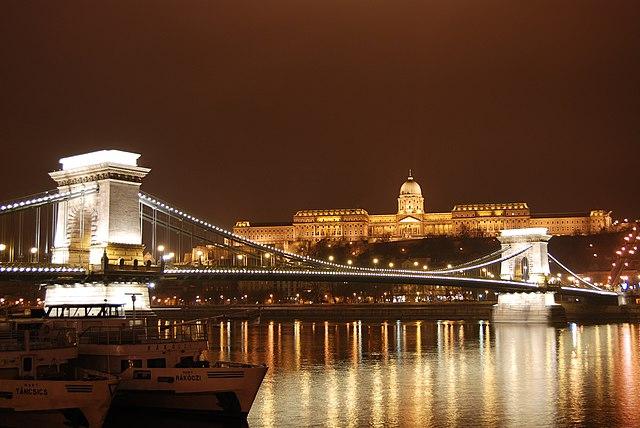 Řeťezový most přes Dunaj, Budapešť. Wikipedia.cs
